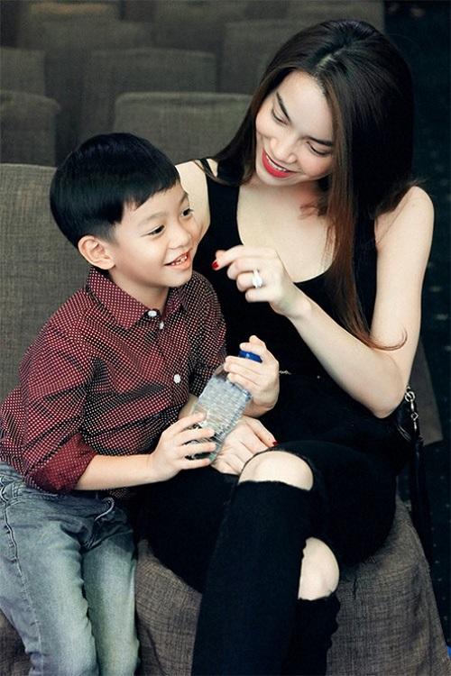 Hà Hồ nói chuyện với con trai bằng tiếng Anh gây sốt - 1