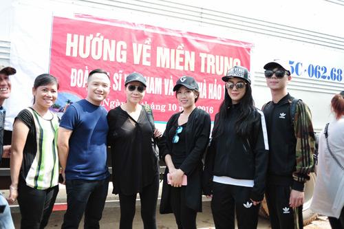 Thu Minh mang 700 triệu tiền quyên góp đến miền Trung - 1