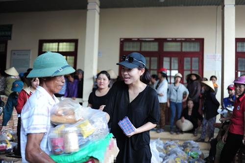 Thu Minh mang 700 triệu tiền quyên góp đến miền Trung - 2