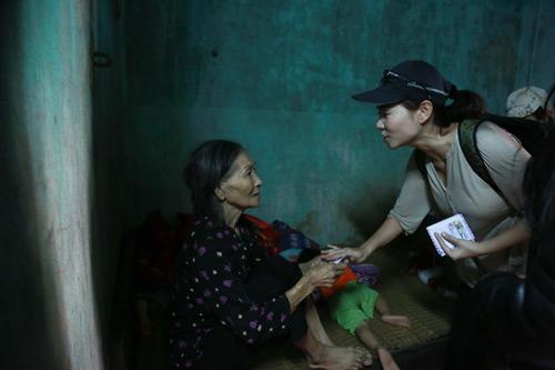Thu Minh mang 700 triệu tiền quyên góp đến miền Trung - 9