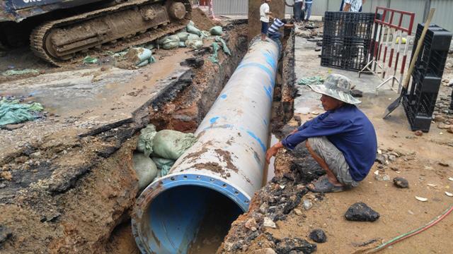 Vỡ đường ống nước ở SG, hàng nghìn hộ dân bị ảnh hưởng - 1