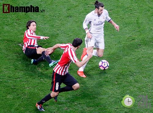 Nỗi buồn Ronaldo & nụ hôn của fan nữ xinh Bilbao - 10