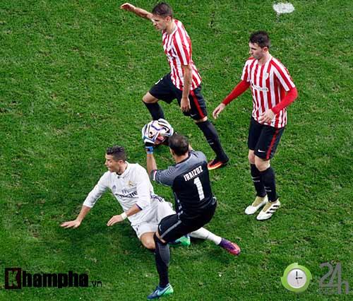 Nỗi buồn Ronaldo & nụ hôn của fan nữ xinh Bilbao - 12