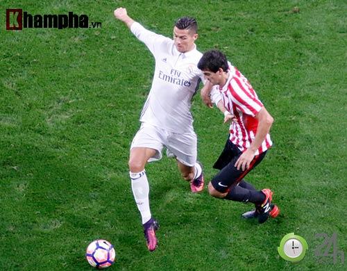 Nỗi buồn Ronaldo & nụ hôn của fan nữ xinh Bilbao - 7