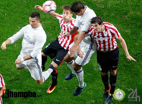 Nỗi buồn Ronaldo & nụ hôn của fan nữ xinh Bilbao - 8