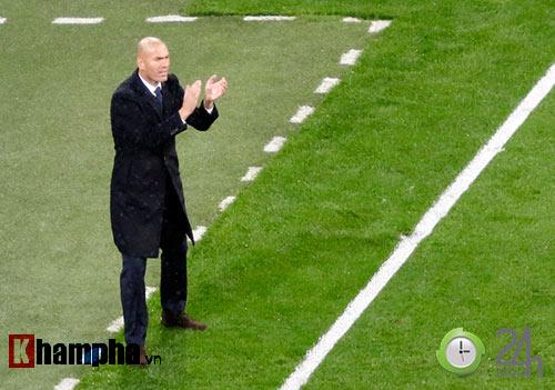 Nỗi buồn Ronaldo & nụ hôn của fan nữ xinh Bilbao - 9