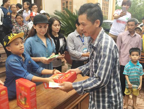 Mẹ con Hồ Văn Cường mang 1 tỷ đồng tặng bà con miền Trung - 1