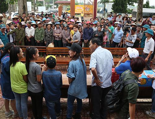 Mẹ con Hồ Văn Cường mang 1 tỷ đồng tặng bà con miền Trung - 2