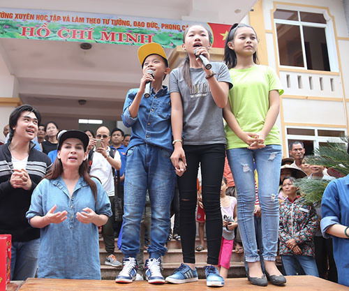 Mẹ con Hồ Văn Cường mang 1 tỷ đồng tặng bà con miền Trung - 3