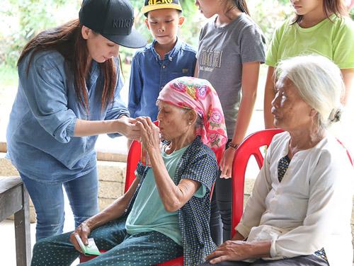 Mẹ con Hồ Văn Cường mang 1 tỷ đồng tặng bà con miền Trung - 4