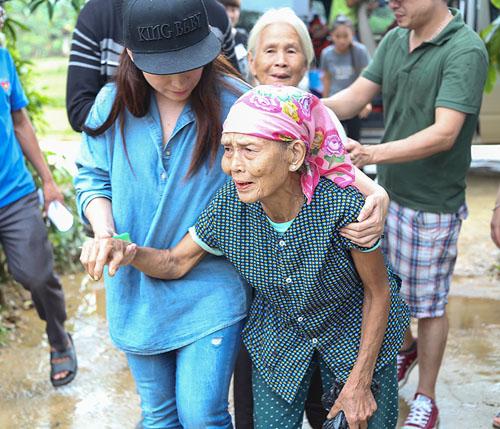 Mẹ con Hồ Văn Cường mang 1 tỷ đồng tặng bà con miền Trung - 5