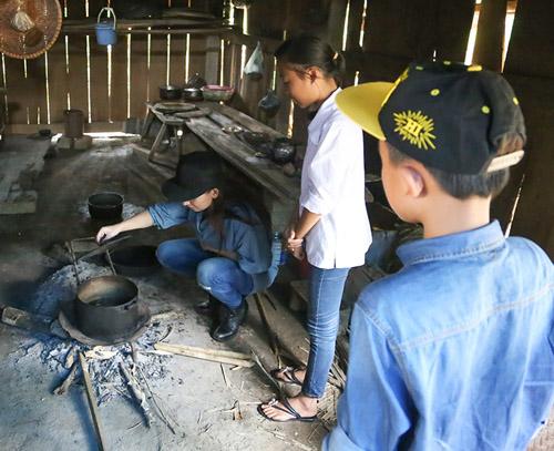 Mẹ con Hồ Văn Cường mang 1 tỷ đồng tặng bà con miền Trung - 7