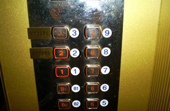 Kẹt trong thang máy 5 tiếng, học sinh TQ ngồi làm bài tập - 2