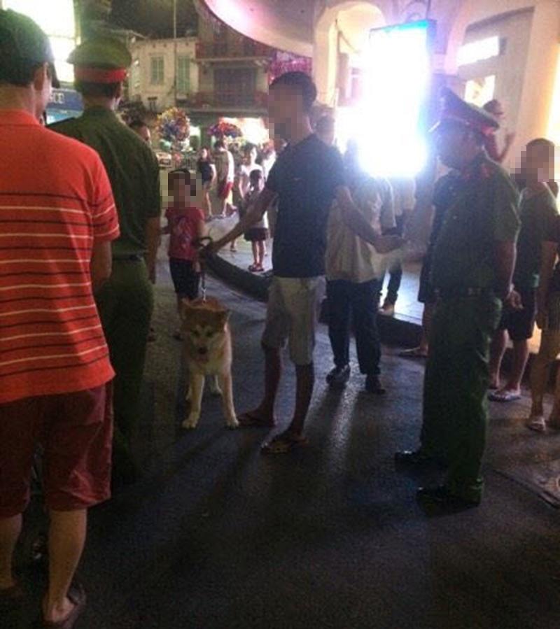 Cấm chó ở phố đi bộ: Chủ nhét chó vào túi để qua chốt - 7