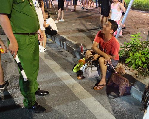 Cấm chó ở phố đi bộ: Chủ nhét chó vào túi để qua chốt - 8