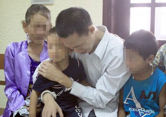 Nước mắt người cha mang án tử bên hai con thơ dại - 1