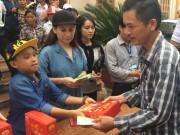 Mẹ con Hồ Văn Cường mang 1 tỷ đồng tặng bà con miền Trung