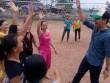Phan Anh chơi bóng chuyền với chị em vùng lũ