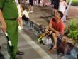 Cấm chó ở phố đi bộ: Chủ nhét chó vào túi để qua chốt