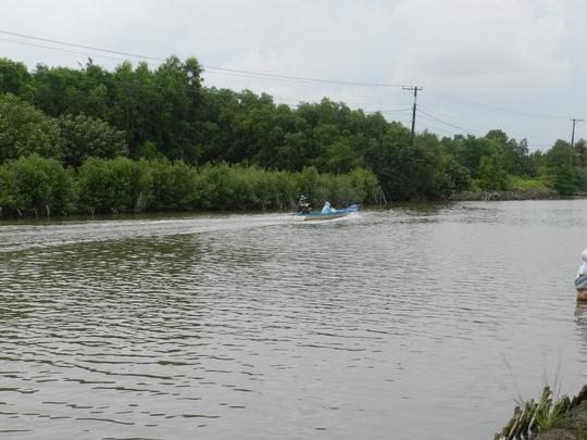 Chèo xuồng qua sông, 2 học sinh chết đuối thương tâm - 1