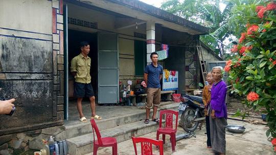 Đoàn cứu trợ vừa rời đi, thôn đến thu lại tiền hỗ trợ - 2