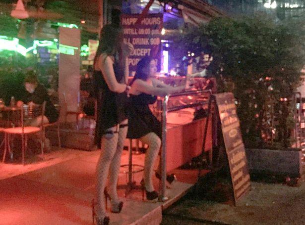 Thái Lan: Phố đèn đỏ hoạt động lại, đồng loạt mặc đồ đen - 4