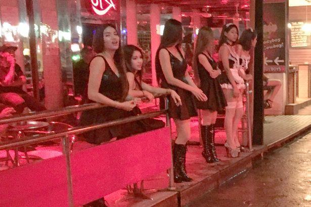 Thái Lan: Phố đèn đỏ hoạt động lại, đồng loạt mặc đồ đen - 1