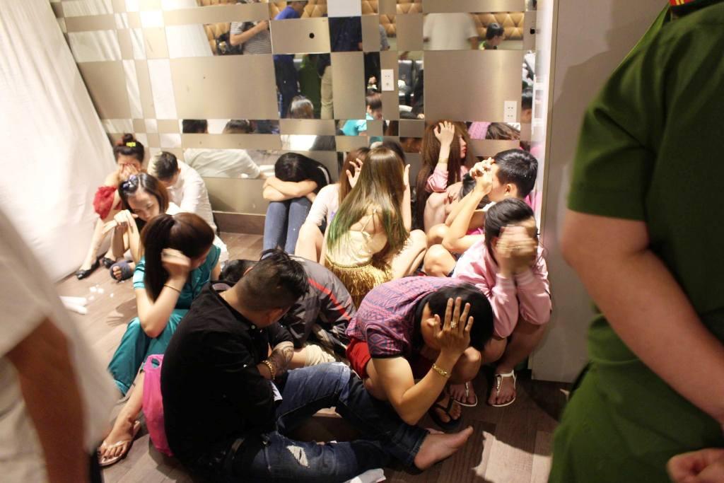 """Đột kích """"động lắc"""" ở Sài Gòn, 80 người bị tạm giữ - 1"""