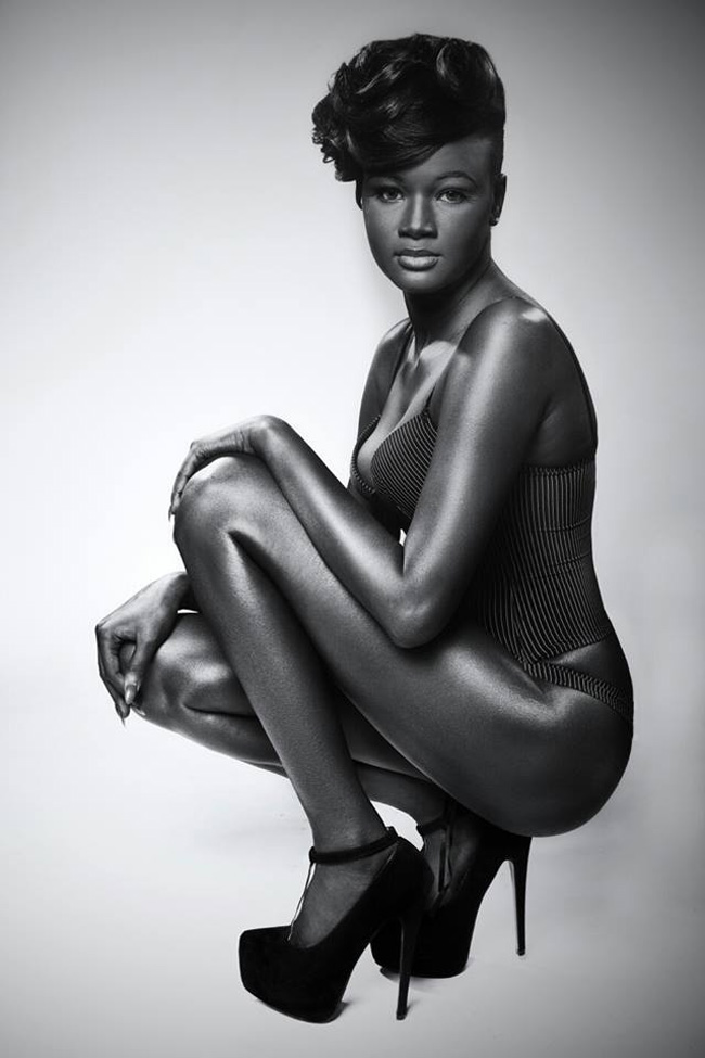 """Khoudia Diop – cô gái trẻ Tây Phi bất ngờ nổi tiếng khắp thế giới nhờ làn """"độc nhất vô nhị"""" của mình."""