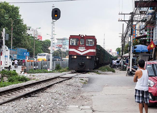 Ảnh: Tàu hỏa sầm sập lao tới, dân vẫn vô tư vượt đường ray - 2