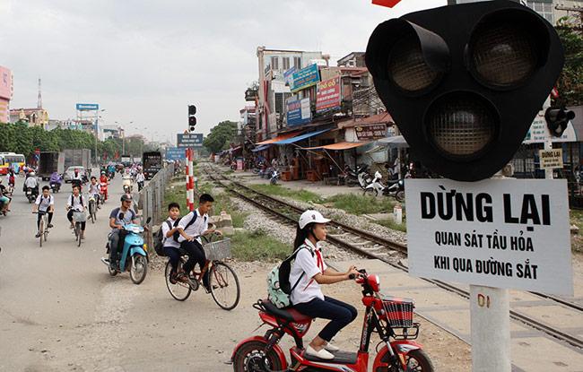 Ảnh: Tàu hỏa sầm sập lao tới, dân vẫn vô tư vượt đường ray - 4