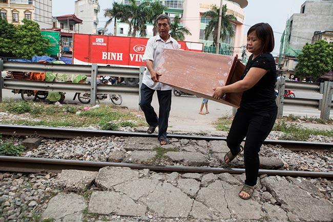 Ảnh: Tàu hỏa sầm sập lao tới, dân vẫn vô tư vượt đường ray - 8