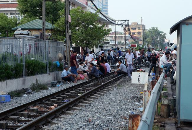 Ảnh: Tàu hỏa sầm sập lao tới, dân vẫn vô tư vượt đường ray - 10