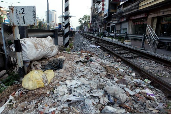 Ảnh: Tàu hỏa sầm sập lao tới, dân vẫn vô tư vượt đường ray - 14
