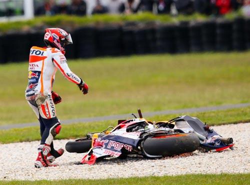 MotoGP: Marquez gặp nạn, Rossi nở nụ cười - 2