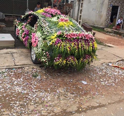 """Chiếc xe dâu """"nhiều hoa nhất quả đất"""" của chú rể Nghệ An - 1"""