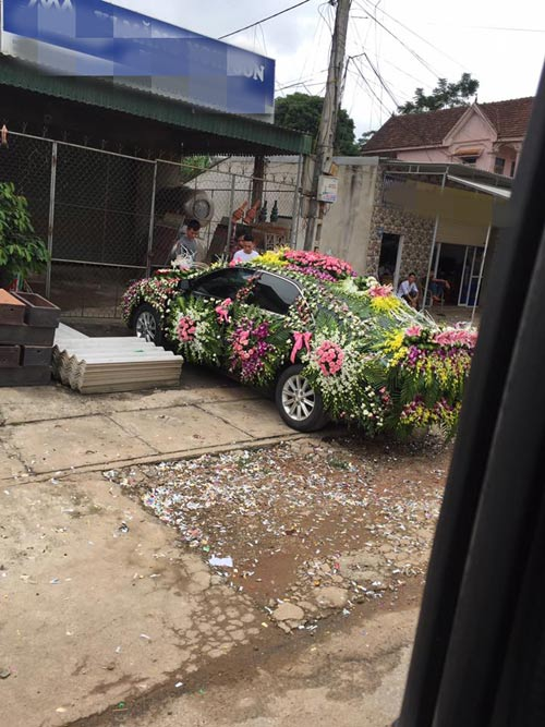 """Chiếc xe dâu """"nhiều hoa nhất quả đất"""" của chú rể Nghệ An - 3"""