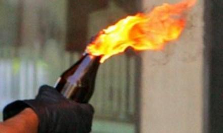 """Đòi nợ không thành ném """"bom xăng"""" tấn công người dân - 1"""