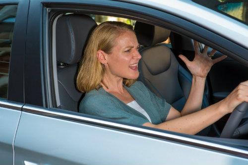 """Phụ nữ dễ nổi """"khùng"""" hơn nam giới khi lái xe - 1"""