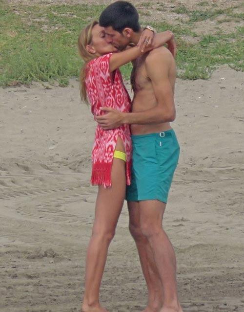 Djokovic bị bắt gặp trao nụ hôn nồng cháy bên bãi biển - 2