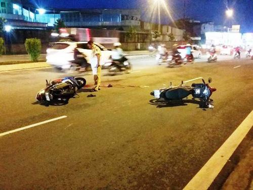 Hai người đàn ông nằm bất động trên đại lộ sau tai nạn - 1