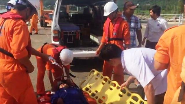 Cứu ngư dân bị đau bụng, cơ thể tím tái ngoài khơi Đà Nẵng - 1