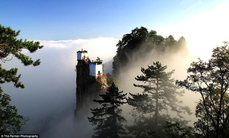 Kì lạ ngôi đền rộng 6m vuông chênh vênh trên đỉnh núi TQ - 1