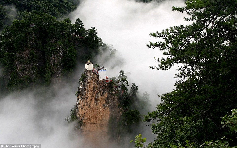 Kì lạ ngôi đền rộng 6m vuông chênh vênh trên đỉnh núi TQ - 4