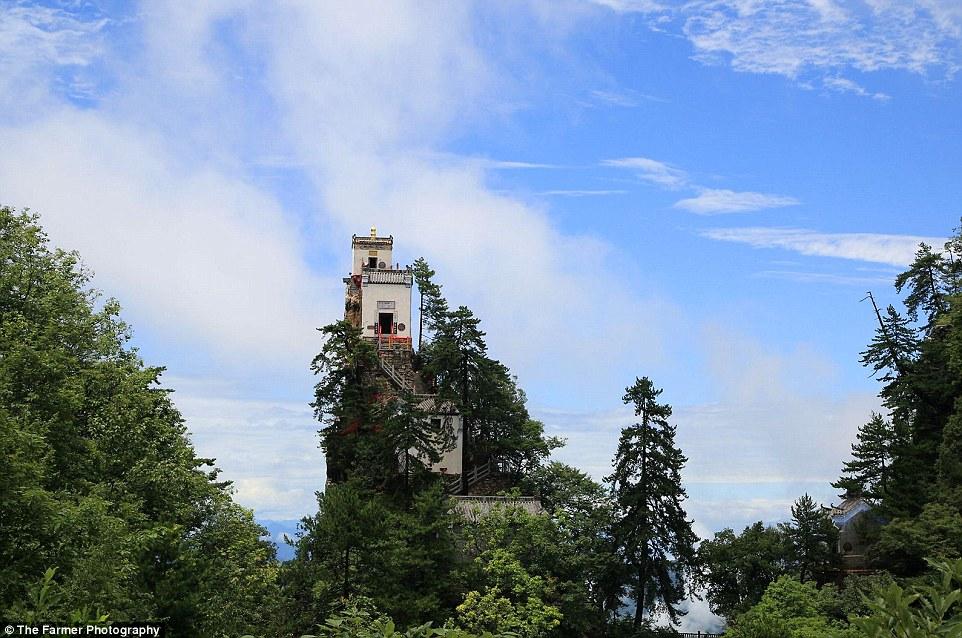 Kì lạ ngôi đền rộng 6m vuông chênh vênh trên đỉnh núi TQ - 2