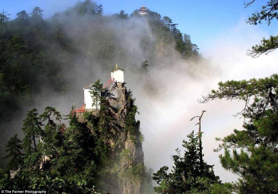 Kì lạ ngôi đền rộng 6m vuông chênh vênh trên đỉnh núi TQ - 3