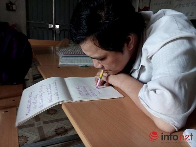 Lớp học đặc biệt của người thầy dùng miệng viết chữ - 1