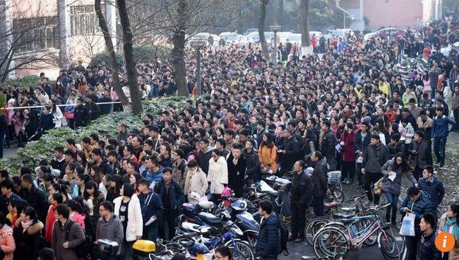 Vạn người Trung Quốc thi tuyển cho một vị trí lễ tân - 1