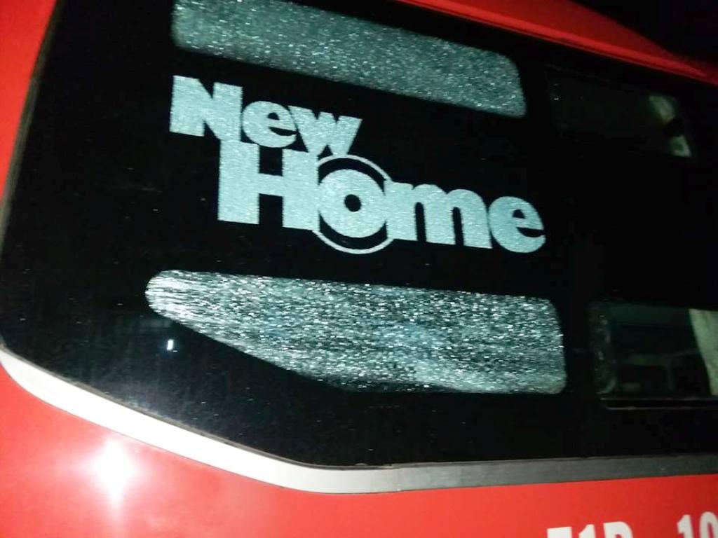 Xe khách bị ném đá trong đêm, hành khách hoảng loạn - 1