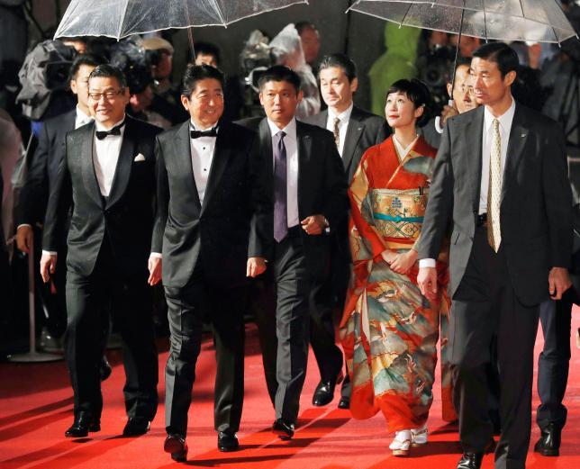 Khán giả ngỡ ngàng vì Thủ tướng Nhật tới thảm đỏ LHP - 1